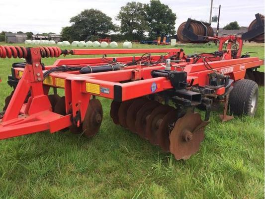 Quivogne 2007  3M TINEMASTER C/W 2 ROWS OF DISCS, 5 AUTO-RESET TINES AND PACKER ROLLER. IN V GOOD CONDITION